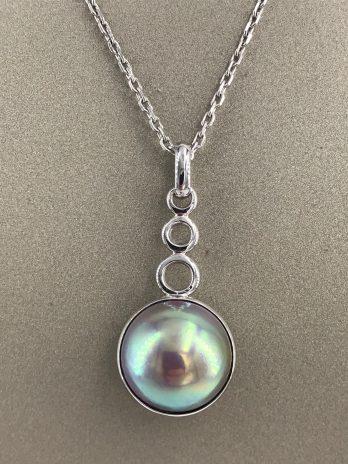 Pendentif or gris perle mabé diamant